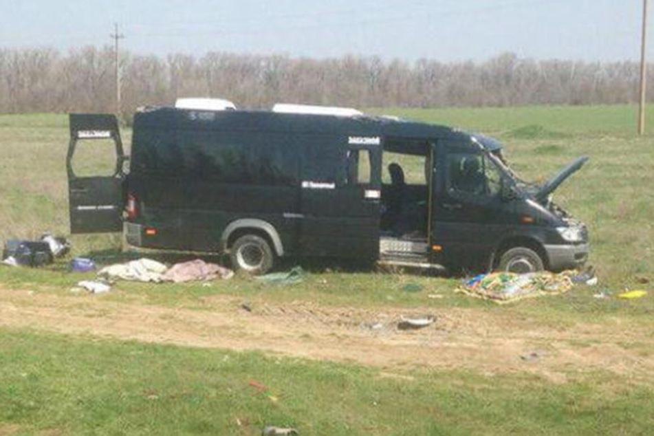 Bei einem Zusammenstoß zwischen einem Kleinbus und einem Zug sind fünf Menschen ums Leben gekommen.
