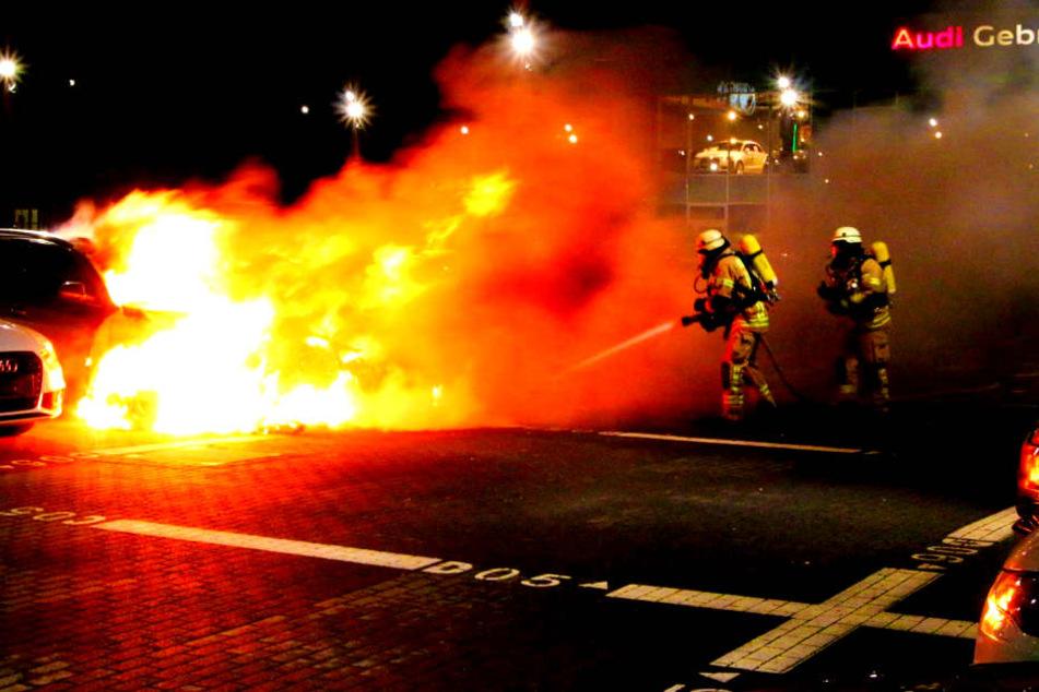 Ein Autofahrer soll die gewaltigen Flammen bemerkt und die Feuerwehr alarmiert haben.