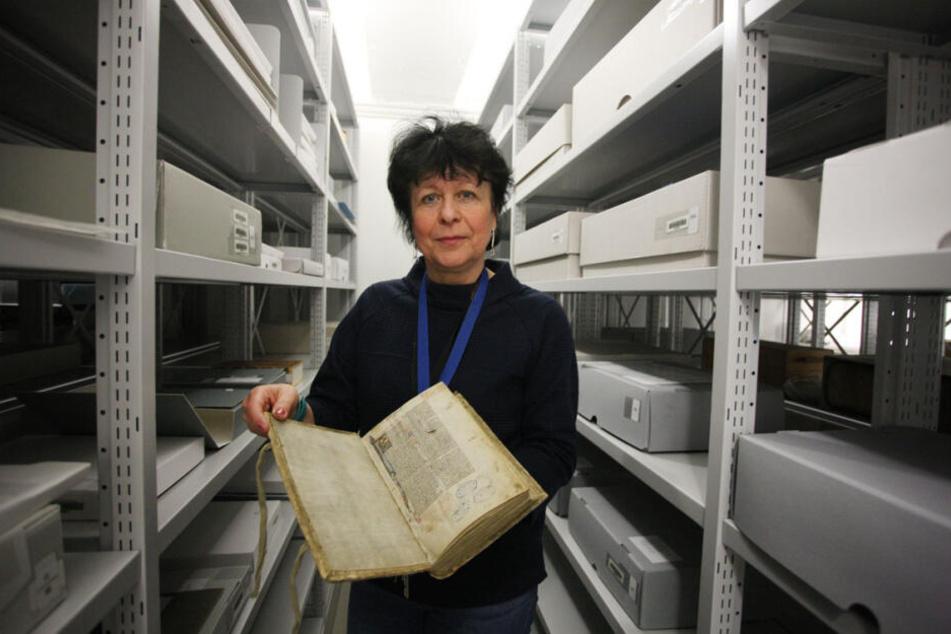 Hüterin der Schätze: Sabine Schumann präsentiert eine wertvolle Bibel von 1277 im klimatisierten Bücherraum der Stadtbibliothek.