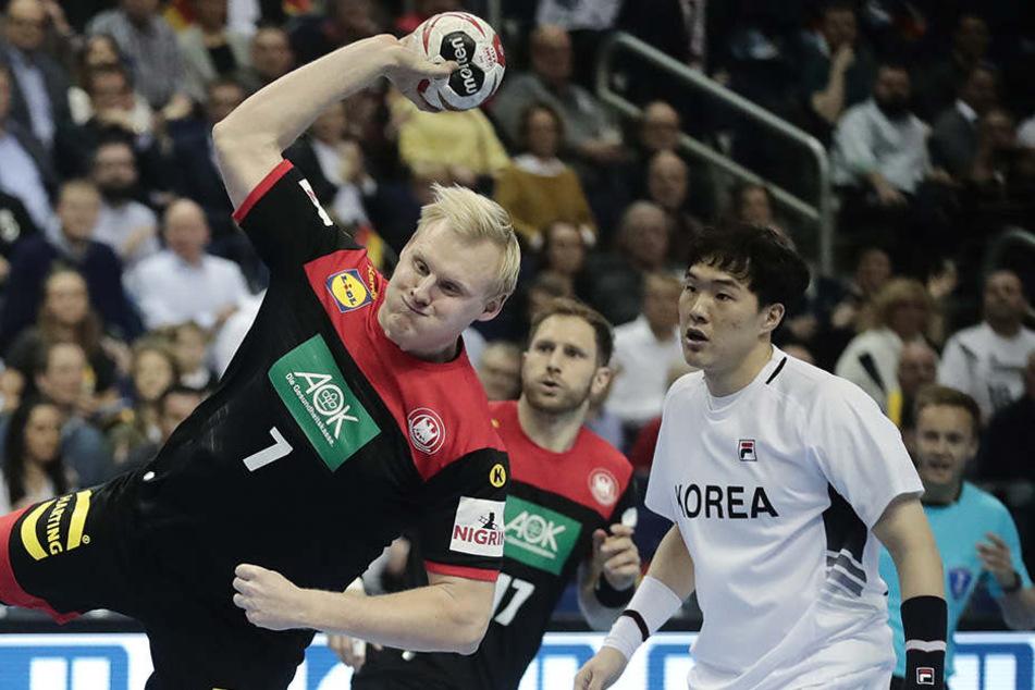 Patrick Wiencek setzt sich gegen die Abwehr der Koreaner durch.