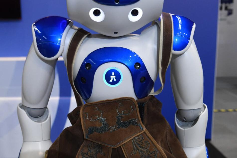 Eine Roboterfigur in Lederhose steht bei den 33. Medientagen München am Stand von IBM in der Messe.