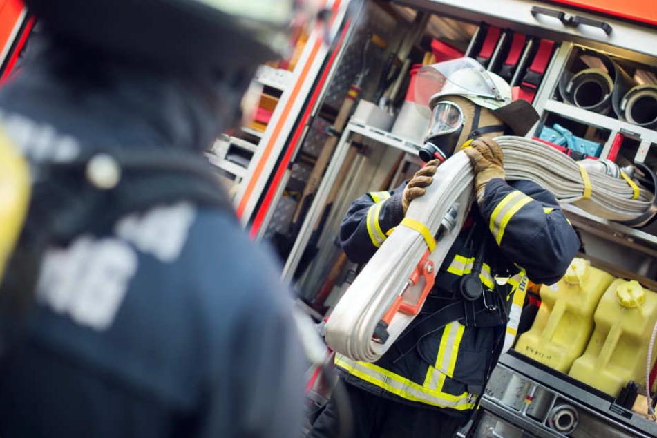 Die Feuerwehr bekämpfte den Brand durch die Fenster der Wohnung. (Symbolbild)