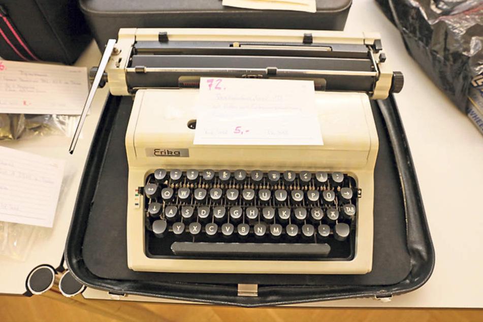 Damals heißt begehrt, heute für schlappe 15 Euro versteigert: eine  Erika-Schreibmaschine aus DDR-Zeiten.