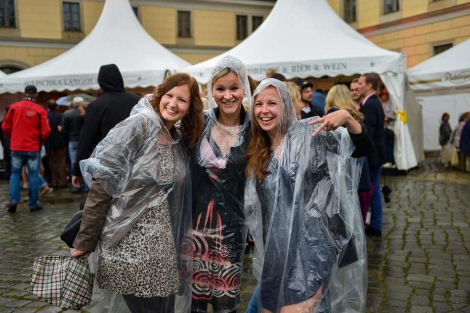 Spaß auch im Regen. Wie diese drei Ladys amüsierten sich die Gäste prächtig  bei der Schlössernacht.