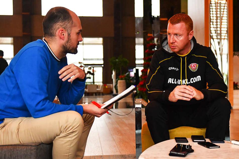 Dynamo-Trainer Maik Walpurgis (r.) beim Medientermin im Gespräch mit TAG24-Reporter Tom Jacob.