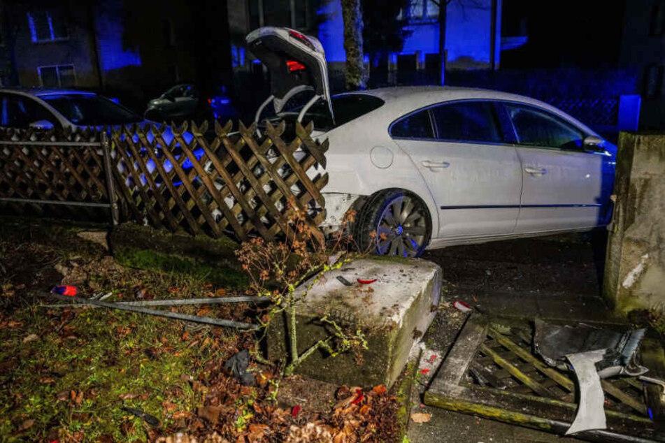 Das Auto wurde gegen einen Zaun geschleudert.
