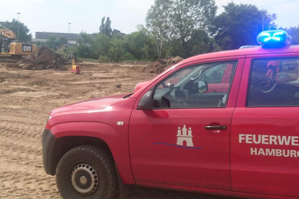 Die Feuerwehr sichert den Bereich um die Bombe ab.