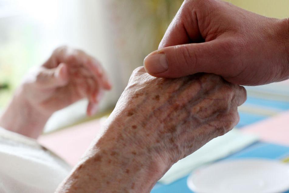 Eine Pflegerin soll mehrere Senioren sexuell missbraucht haben. (Symbolbild)