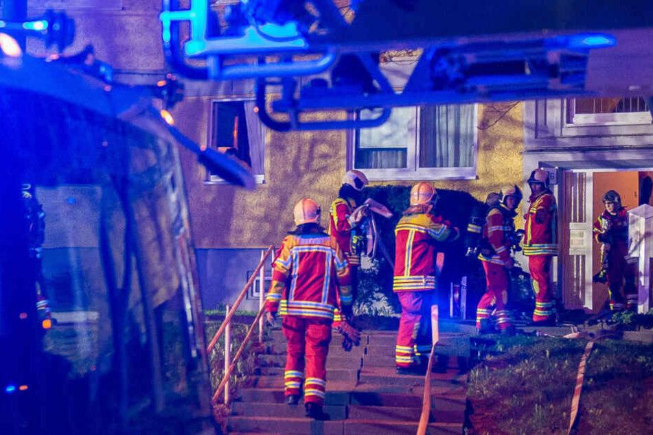 Die Feuerwehr war mit einem Großaufgebot zu dem Mehrfamilienhaus ausgerückt.