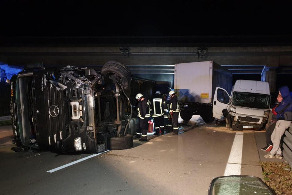 Der Anhänger eines LKW ist in der Nacht zu Freitag auf der A2 bei einem Unfall umgekippt.
