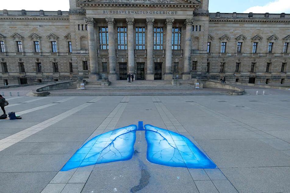 Umweltaktivisten haben Lungenflügel vor das Bundesverwaltungsgericht in Leipzig gezeichnet.