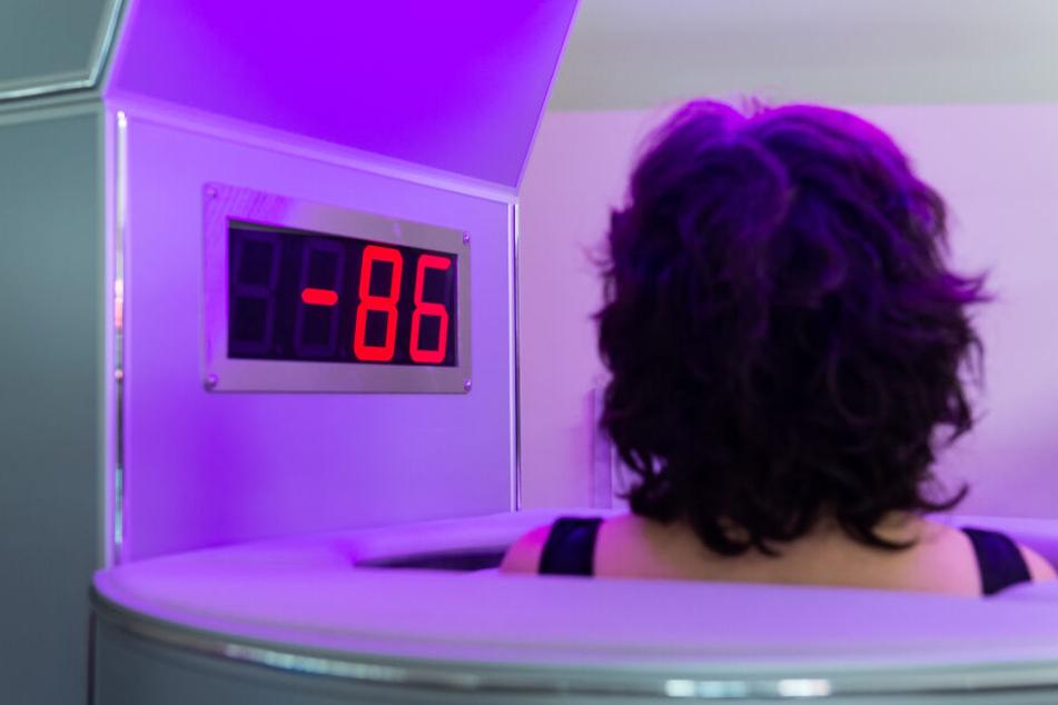 Bei minus 86 Grad steht eine Frau in der Kältekammer.