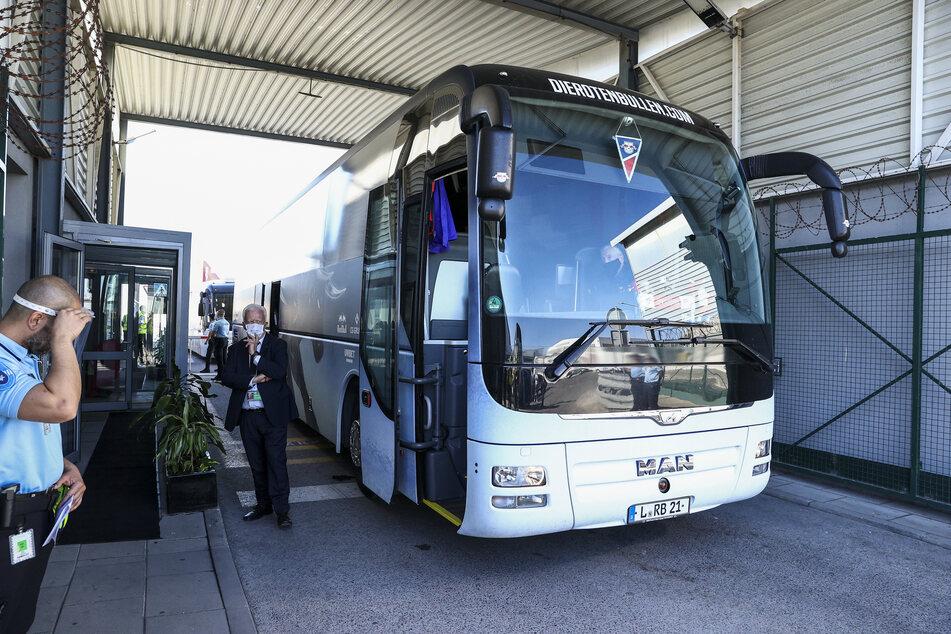 Der Mannschaftsbus von RB Leipzig wartet am Flughafen Humberto Delgado in Lissabon auf das Team.