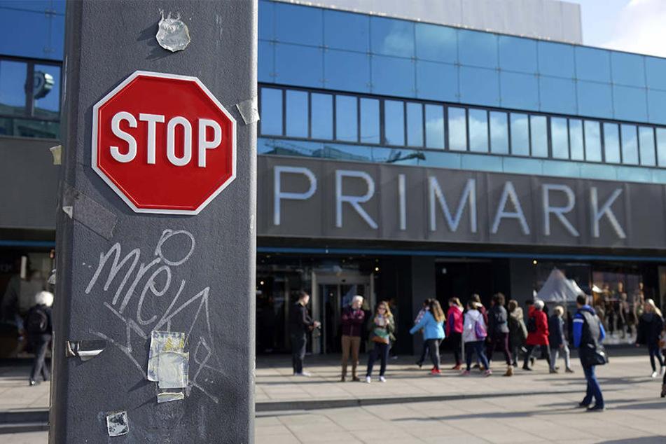 Stop! Am Berliner Primark sind nicht alle glücklich über die billige Mode.