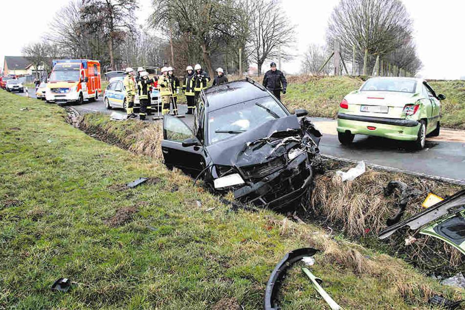 Mit einem Rettungshubschrauber musste der Peugeot-Fahrer in eine Klinik geflogen werden.