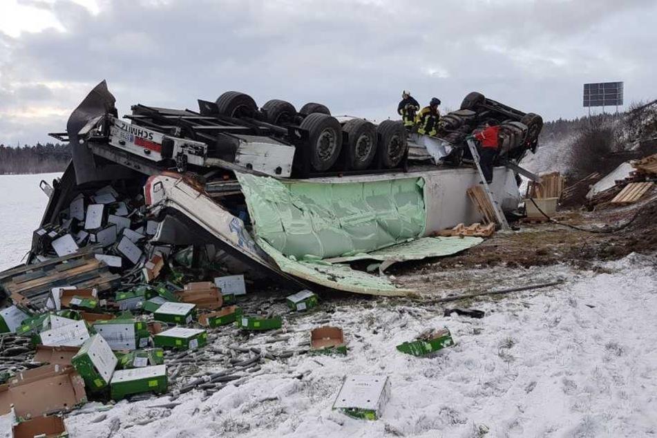 Der Lkw verlor seine komplette Ladung an Gurken im Schnee.