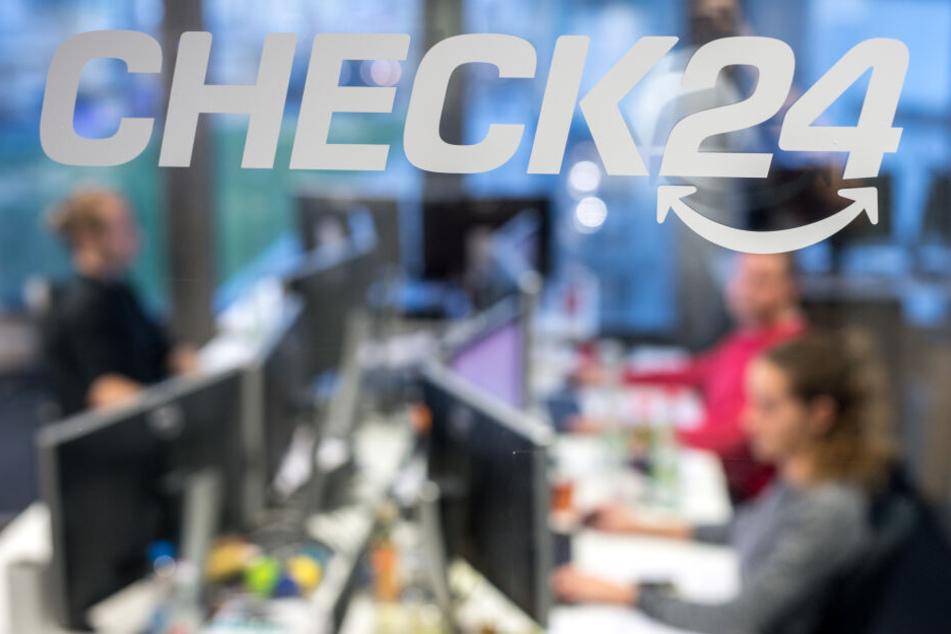 Mitarbeiter sitzen in der Zentrale des Vergleichsportals Check24 in München.