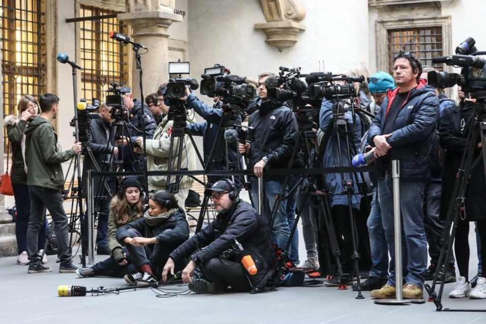 Der kleine Schlosshof ist voller Journalisten.