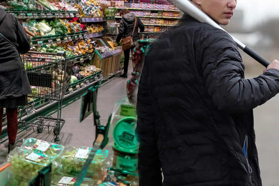 Der Täter verschwand und kam kurz darauf mit einem Baseballschläger in den Supermarkt zurück. (Symbolbild)
