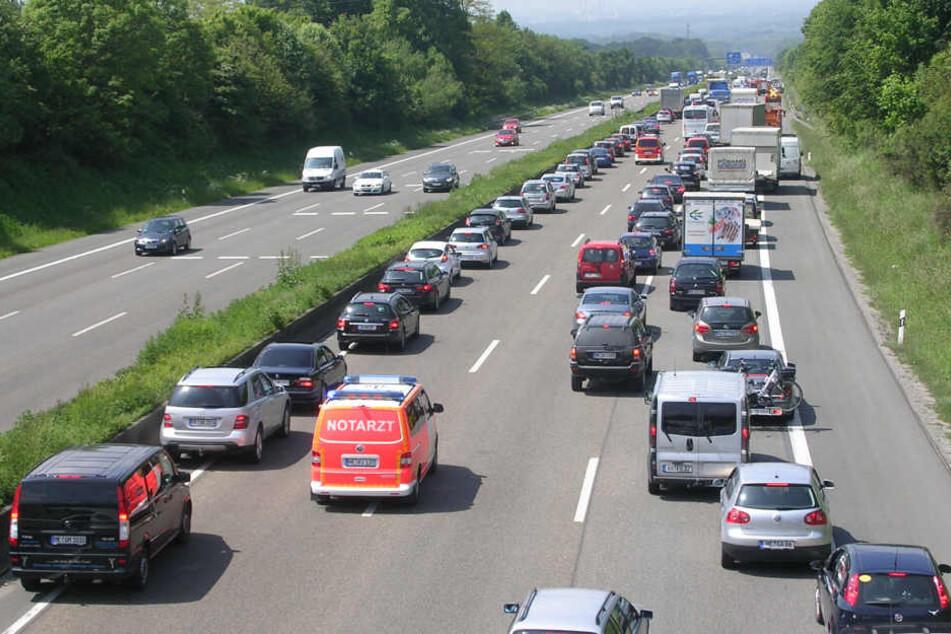 Auf der Autobahn sollten Autofahrer zwischen der linken und den anderen Spuren Platz für Rettungsfahrzeuge lassen.