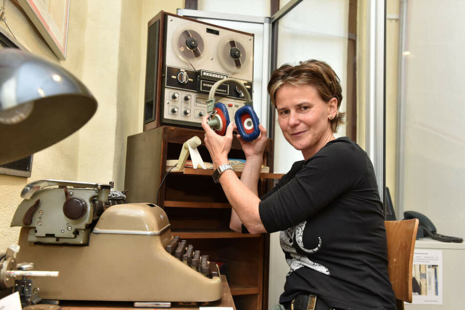 Museumsleiterin Dana Bach (47) am nachgestellten Arbeitsplatz eines Stasi-Mitarbeiters.
