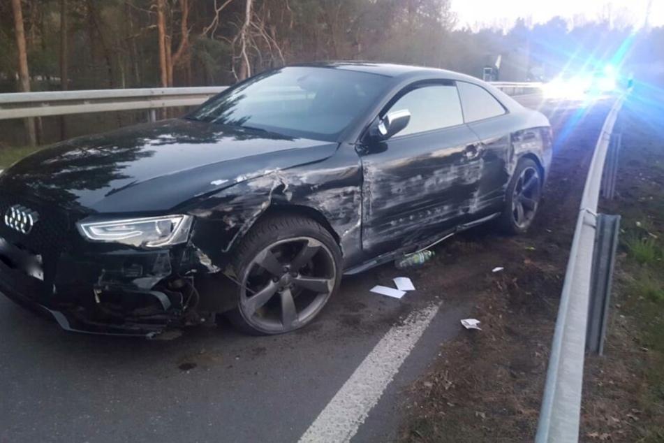 Der Audi S5 nach seinem Ausflug in die Leitplanke.
