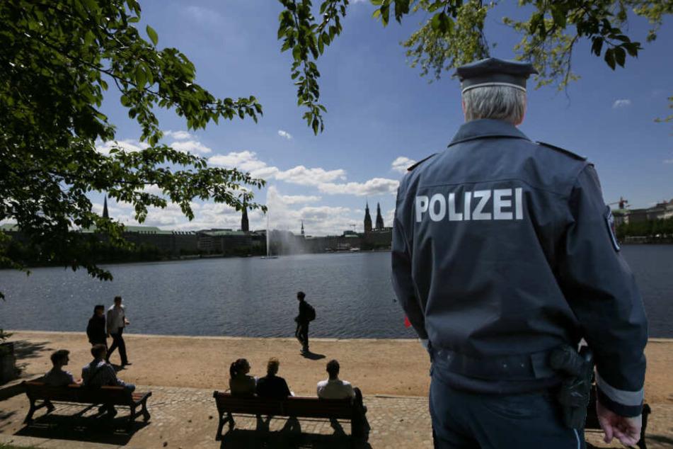 Die Polizei sucht an der Binnenalster nach Zeugen und Hinweisen.