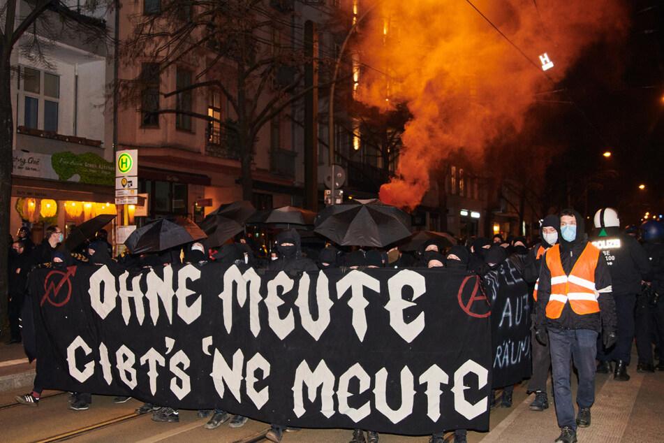 """""""Ohne Meute gibt's 'ne Meute"""" steht auf dem Banner, das linke Demonstranten mit schwarzen Regenschirmen halten. Nach Räumung der zur linken Szene gerechneten Kiez-Kneipe """"Meuterei"""" in Kreuzberg haben am Donnerstagabend zahlreiche Menschen protestiert."""