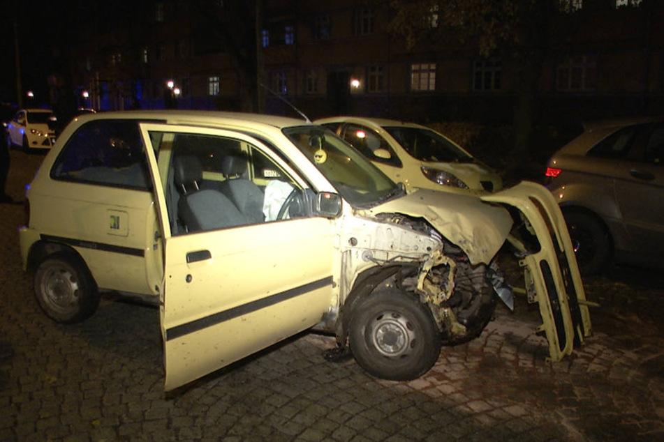 Betrunkener Fahrer kracht in geparkte Autos und flüchtet zu Fuß