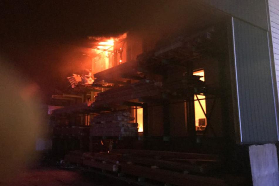 Die Flammen zerstörten die gesamte Halle.