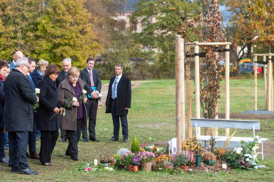 Kanzlerin Angela Merkel (65, CDU) legte an der Gedenkstätte für NSU-Opfer in Zwickau Blumen nieder.