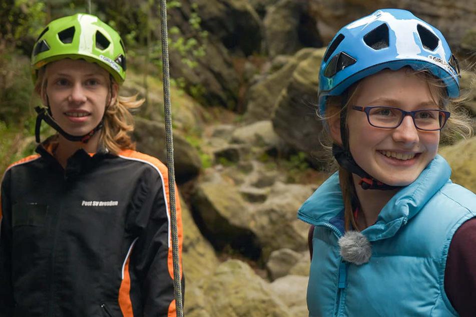Adele (13) klettert am liebsten in der Sächsischen Schweiz. Sie tauscht für die KiKA-Sendung ihr Hobby mit Synchronschwimmerin Hanna (14, l.).