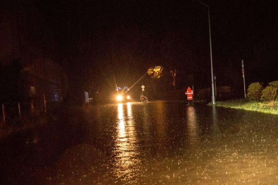 Die Stolpener Straße in Bischofswerda wurde durch den Starkregen in der Nacht zu Donnerstag komplett überschwemmt.