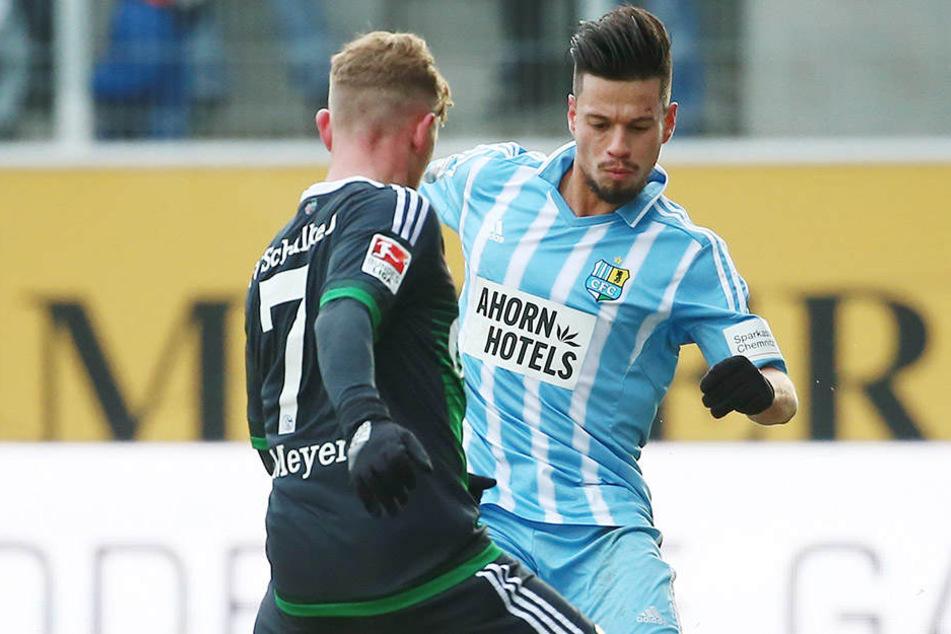 Stefano Cincotta, hier im Duell mit Schalkes Nationalspieler Max Meyer, hat sich in der Vorbereitung in die Startelf gekämpft.