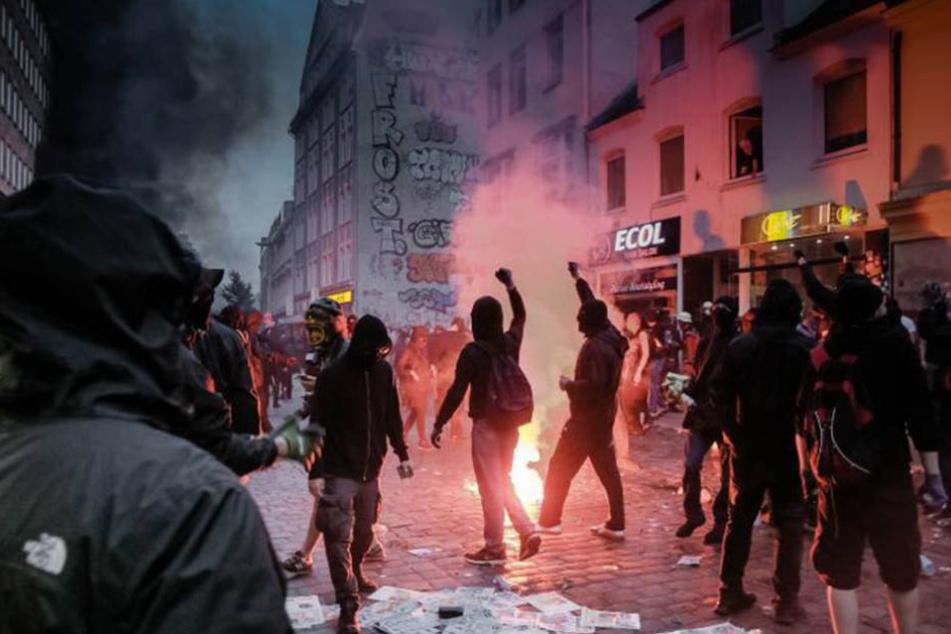 Plünderer, Randalierer und Aktivisten des Schwarzen Blocks ziehen im Juli in Hamburg durch das Schanzenviertel.