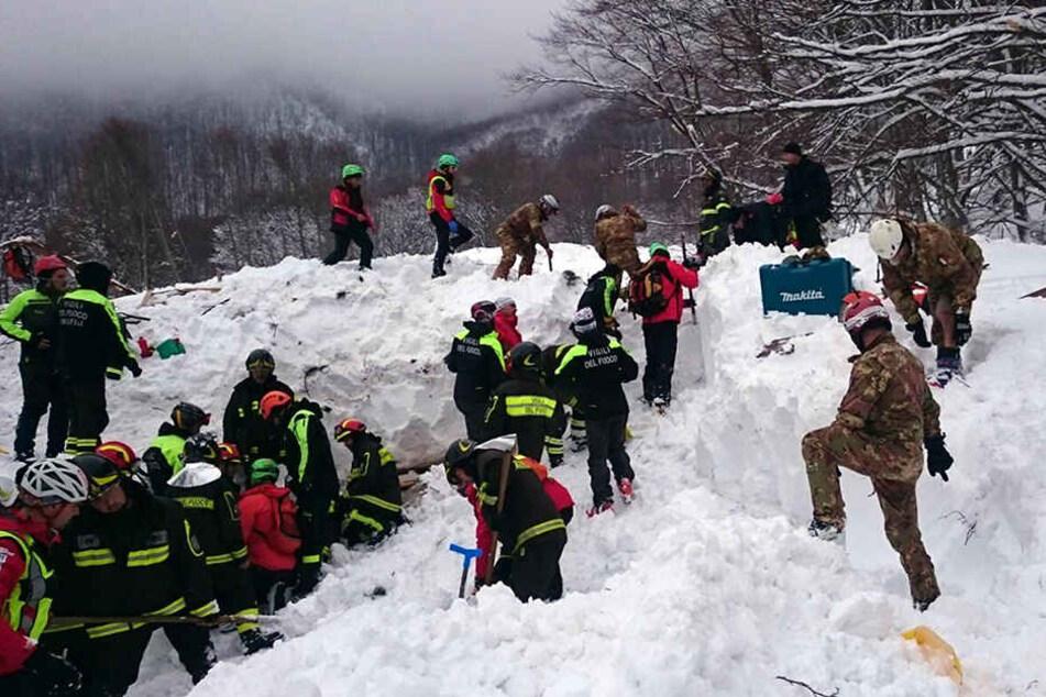 Die Katastrophenhelfer suchen an dem zerstörten Hotel noch immer nach Überlebenden.