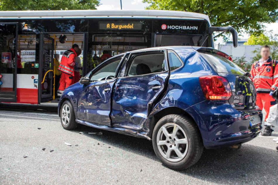 Die Fahrerseite des Fahrzeugs wurde komplett demoliert.