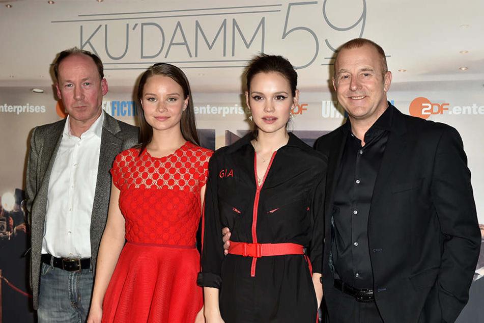 """Ulrich Noethen, Sonja Gerhardt, Emilia Schüle und Heino Ferch (v.li.) bei der Premiere der ZDF-Serie """"Ku'damm 59"""" am 7. März in Berlin."""