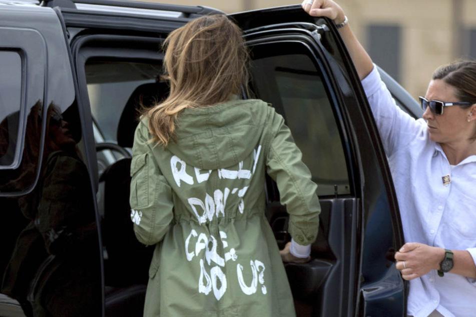 Melania Trump hat mit einer Jacke, die sie auf der Reise zu Flüchtlingskindern an der mexikanischen Grenze getragen hat, Diskussionen ausgelöst.