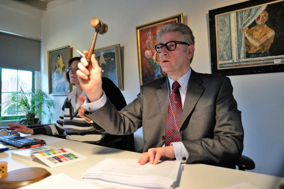 Der Chemnitzer Auktionator Ansgar  Heickmann (51) in Aktion. Hinter ihm liegt eine rekordverdächtige Weihnachts-Auktion.
