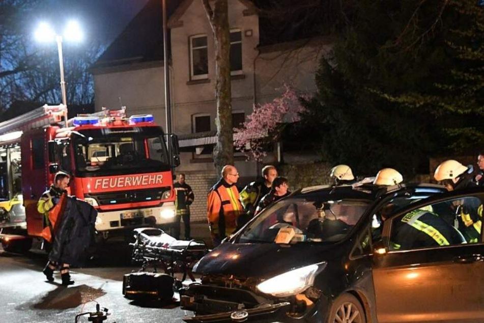 Auto schleudert gegen Baum: Frauen in Wrack eingeklemmt