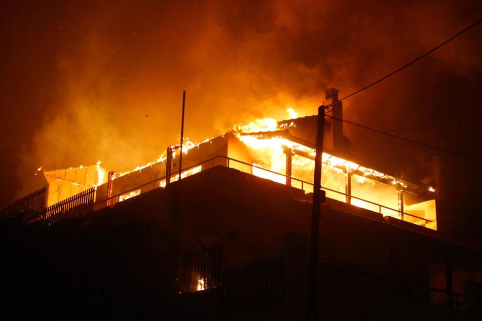 Das Haus stand in Vollbrand, als die Feuerwehr eintraf. (Symbolbild)