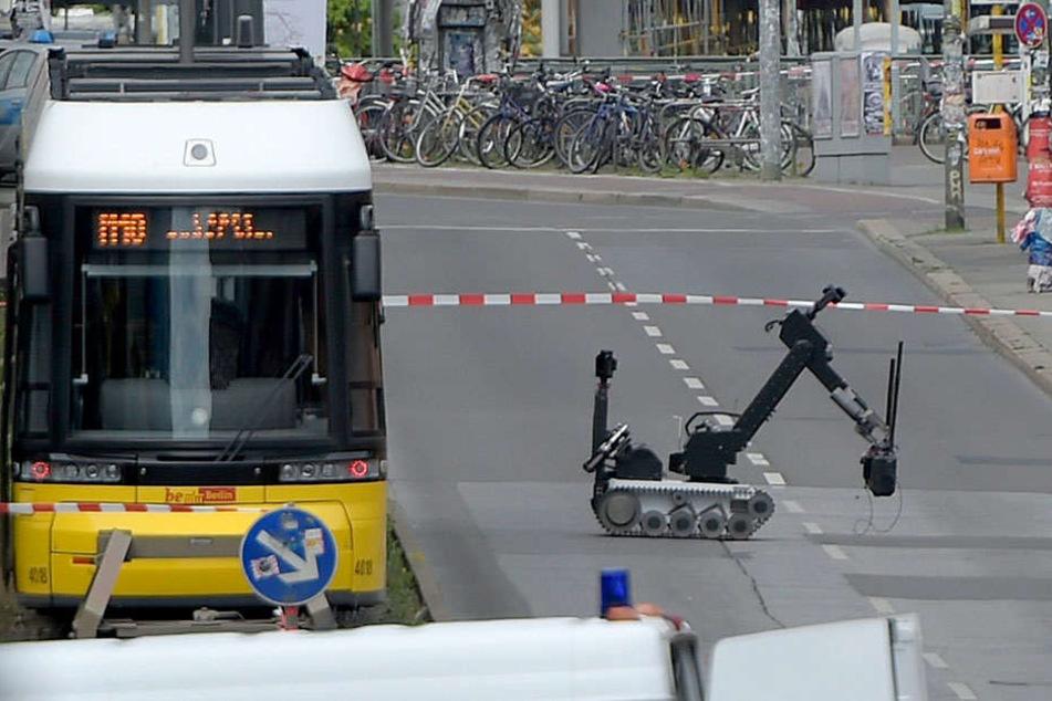 Ein spezieller Bombenroboter untersuchte die verdächtigen Kisten in der Straßenbahn der Linie M10 an der Warschauer Straße.