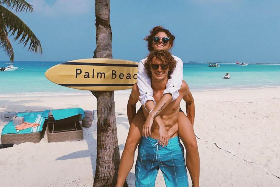 Alexander Zverev und Olga Sharypova genießen die gemeinsame Zeit am Strand.