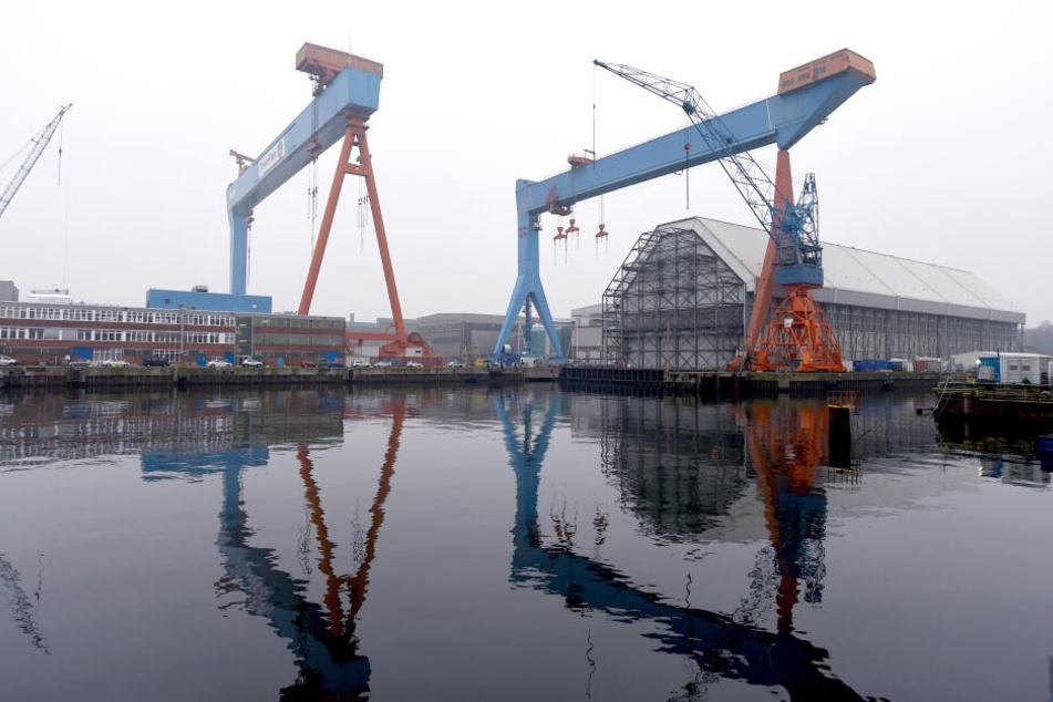 Blick auf die Werftanlagen von ThyssenKrupp Marine Systems (TKMS) an der Förde.