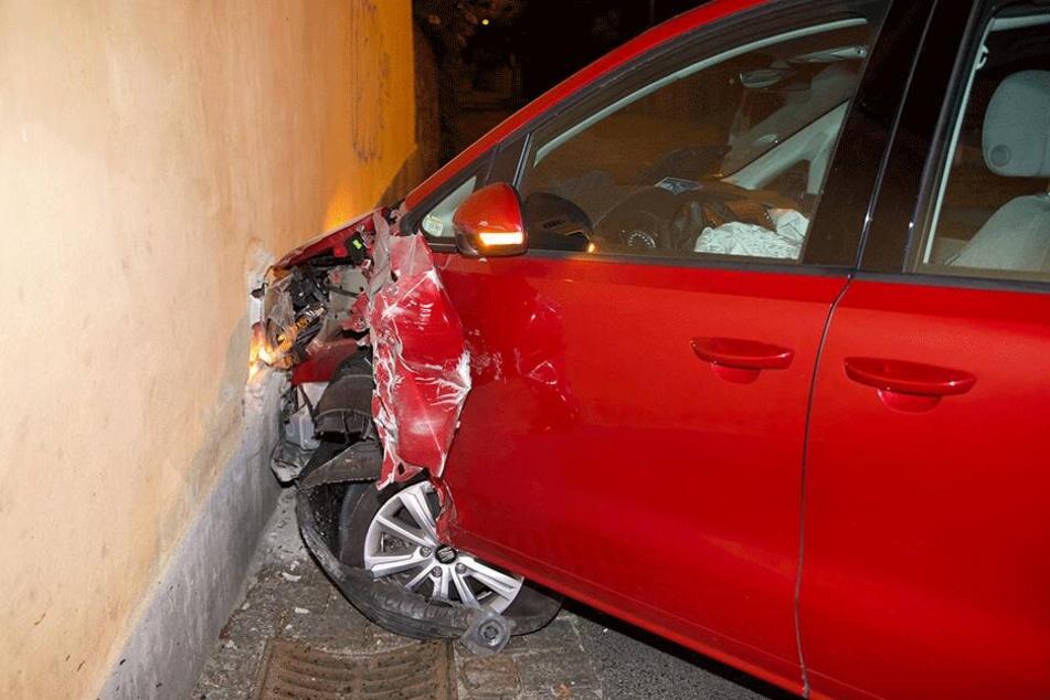 Der Seat Alhambra erlitt deutlich sichtbare frontale Schäden.