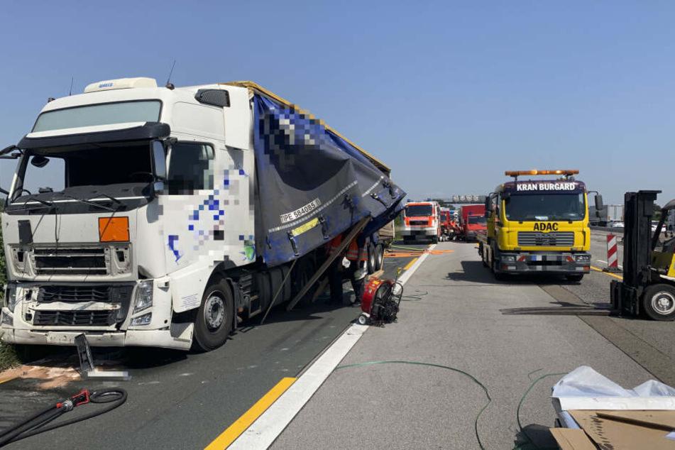 Der Lkw hatte mehrere Fässer Farbe geladen.