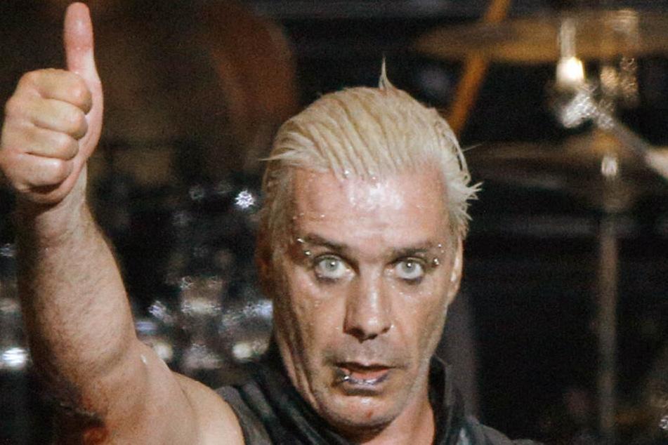 Till Lindemann, Sänger der Band Rammstein, zeigt mit dem Daumen nach oben. (Archivbild)