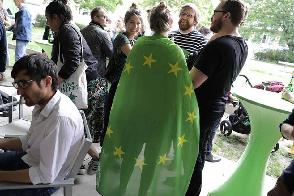Anhänger der Grünen warten in Berlin auf die Bekanntgabe der erste Prognose der Europawahl. Nach ersten Prognosen hat die Partei über 20 Prozent.