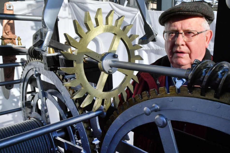 Artur Kamp baute mit seinen Mitstreitern die Uhr neu auf.